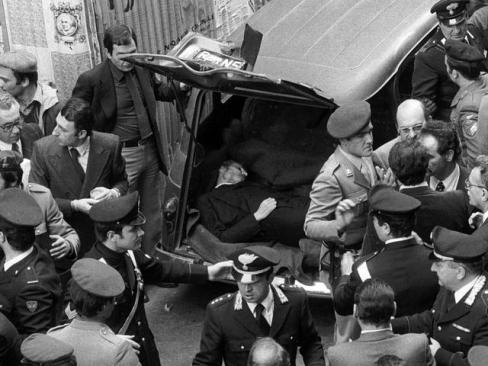 Settanta 70 1978 il9 maggio le brigate rosse fanno ritrovare a Roma il corpo senza vita di Aldo Moro nel baule di una R4