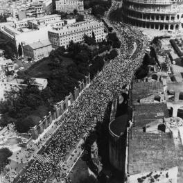Settanta 70 1984 Il popolo del partito comunista a Roma per i funerali di Enrico Berlinguer